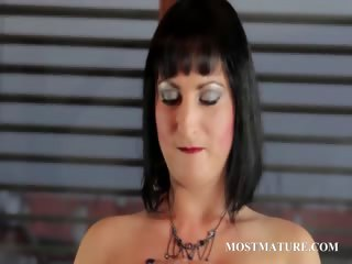Stripping cougar shows her sexy assets