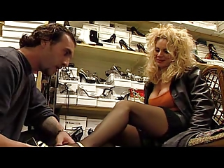 Euro MILF Alessandra Schiavo fucks the propel vendor
